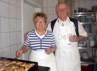 Ehepaar Plenge in ihrer Gasthaus-Küche