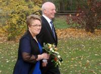 Ehepaar Plenge auf dem Weg zur Trauung