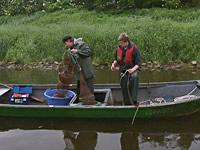 Aalfischer in ihrem Boot