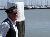 Rufus wartet am Hafen auf die Fähre