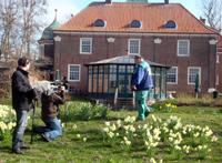 Enno König mit Kamerateam im Garten in Esens