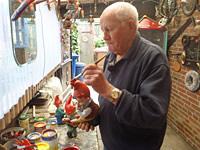 Fritz Lühken repariert einen Zwerg