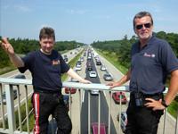 Michael Scholz (links) und Wolfhard Ehrlich sind als Stauhlfer unterwegs