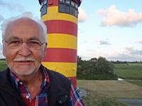 Erhard Jüsche vor dem Pilsumer Leuchtturm