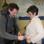 Ton-Assistent Sebastian Beck verkabelt die AWO-Vorsitzende.