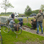 "Das NDR-Team schaute den ""Moimoakers"" in Groothusen beim Pflastern zu."