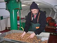 Ralf van Osten mit Leib und Seele Krabbenfischer - schon an Bord werden die Garnelen gekocht