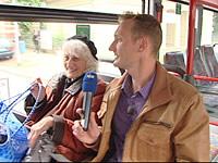 Dorot Joost-Amri mit Sven Tietzer im Bus