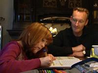 Sven Tietzer hilft Tiziana Rose bei den Hausaufgaben