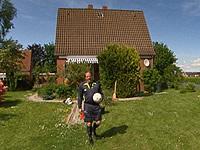 Stefan Gugler in seinem Garten
