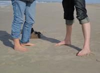 Sven Tietzer und Christine Schipper barfuß am Strand