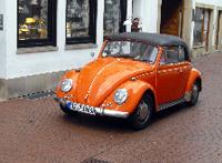 Oranger VW Käfer Cabrio