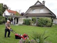 Heinz beim Rasenmähen
