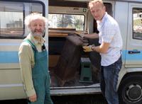 Sven Tietzer hilft beim beladen des Bullis
