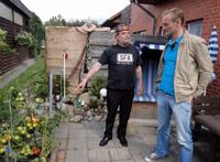 Sven mit Georg im Garten