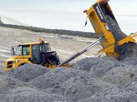 LKW beim Sandaufschütten
